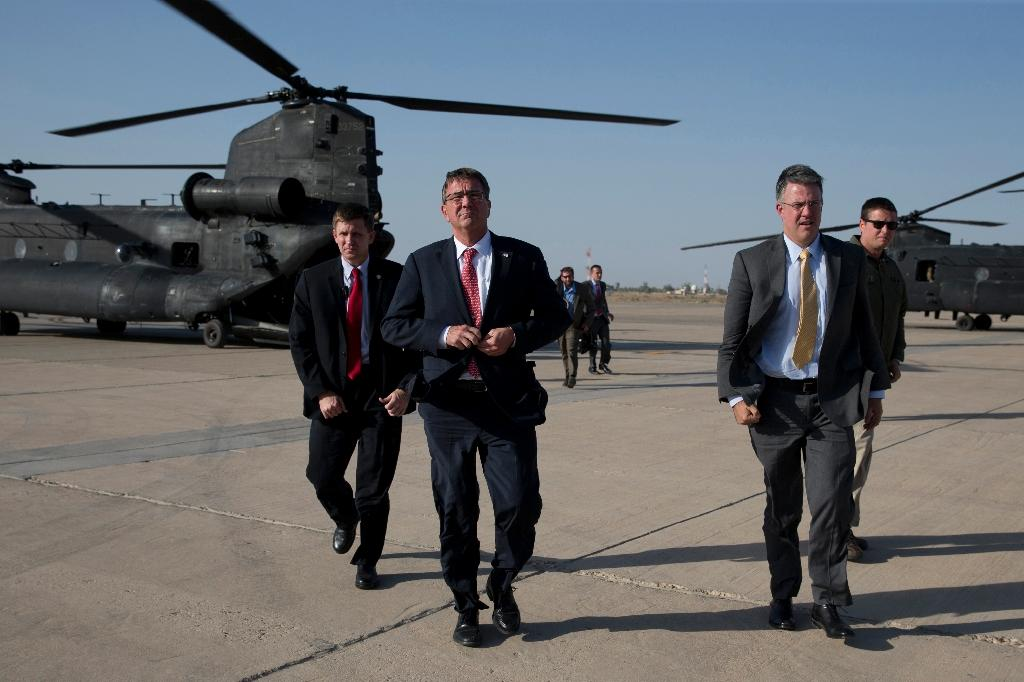 US Defence Secretary Ashton Carter (C) arrives at Baghdad's international airport from the Green Zone with his Chief of Staff Eric Rosenbach (R), to talk to troops on July 23, 2015 (AFP Photo/Carolyn Kaster)