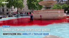 Londra, la fontana diventa rosso sangue