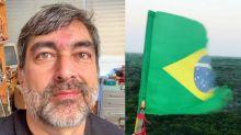 """Zeca mostra bandeira rasgada e protesta: """"Contra o racismo e a ignorância"""""""