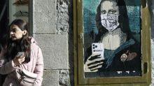 El artista Tvboy retrata en Barcelona a la Gioconda con mascarilla y móvil
