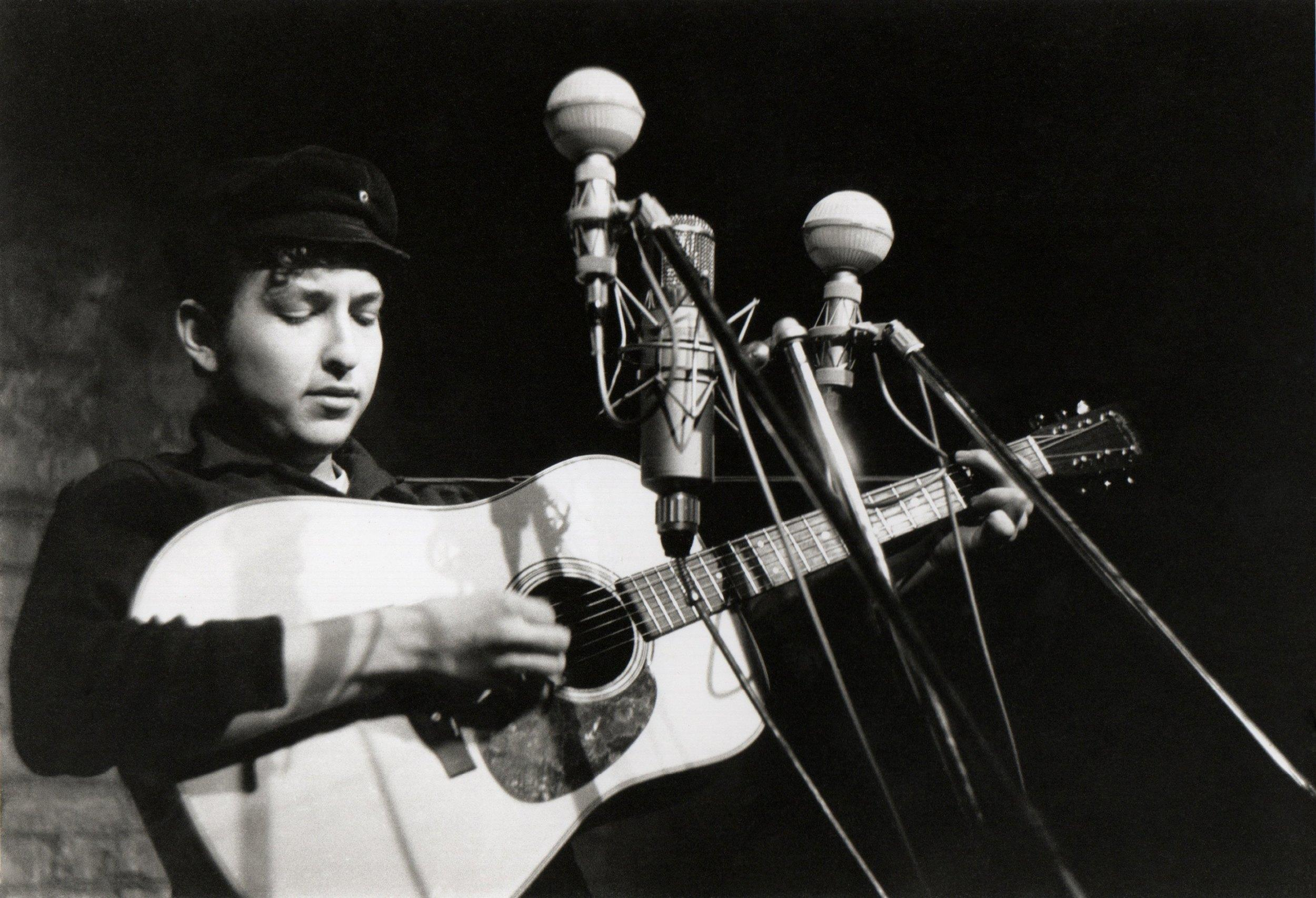 NEW YORK - 1961:  Bob Dylan performs at The Bitter End folk club in Greenwich Village in 1961 in New York City, New York. (Photo by Sigmund Goode/Michael Ochs Archive/Getty Images)