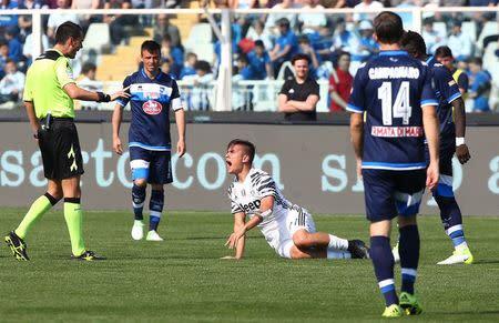 El delantero argentino de la Juventus Paulo Dybala se queja tras sufrir una entrada durante el partido de la Serie A italiana disputado en el estadio Adriatico-Giovanni Cornacchia de Pescara.