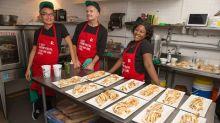 Para combater o preconceito, restaurante contrata apenas funcionários com HIV