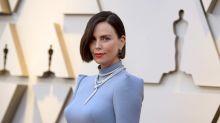 Charlize Theron aparece en los Oscar con nuevo look