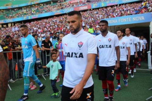 Em recuperação, volante do Vitória elogia desempenho da equipe