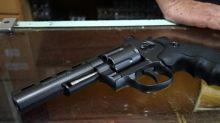 Una ragazzina di prima media si è messa a sparare a scuola. Tre feriti