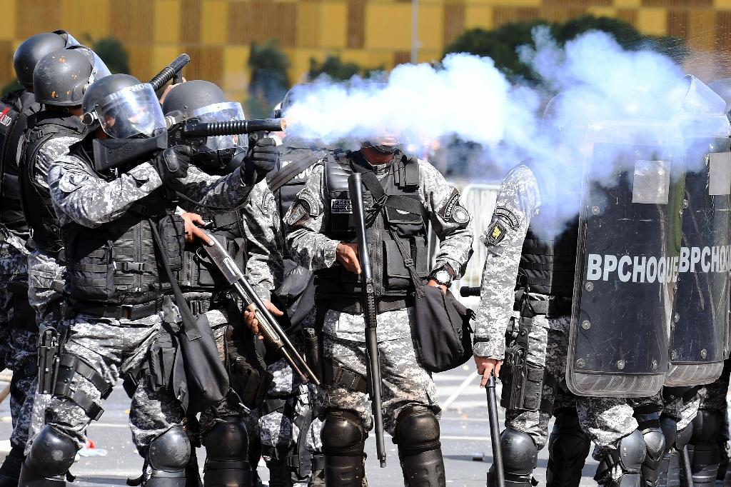Riot police clash with demonstrators demanding the resignation of embattled President Michel Temer (AFP Photo/EVARISTO SA)