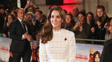 """Kate Middleton, il sensuale abitole scopre le gambe alla première di""""A spasso con Bob"""""""