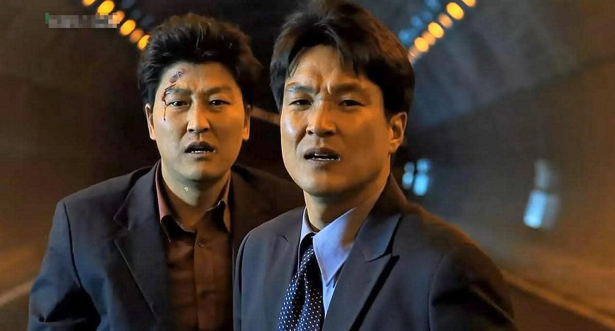 韓石圭(右)、宋康昊主演的《魚》,在韓國上映時締造逾660萬觀影人次。(翻攝自DAUM網路)