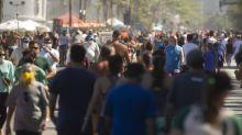 Para além da areia, vias fechadas para área de lazer na Zona Sul provocam aglomerações neste domingo