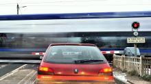 Seine-Maritime : cinq jeunes sauvent un octogénaire dont la voiture était bloquée sur un passage à niveau