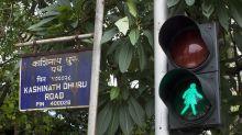 Bombay colocó siluetas femeninas en las señales de tránsito. A algunas mujeres no les impresiona.