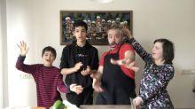 Con los niños en cuarentena: nunca hornear un pollo fue tan fácil y divertido