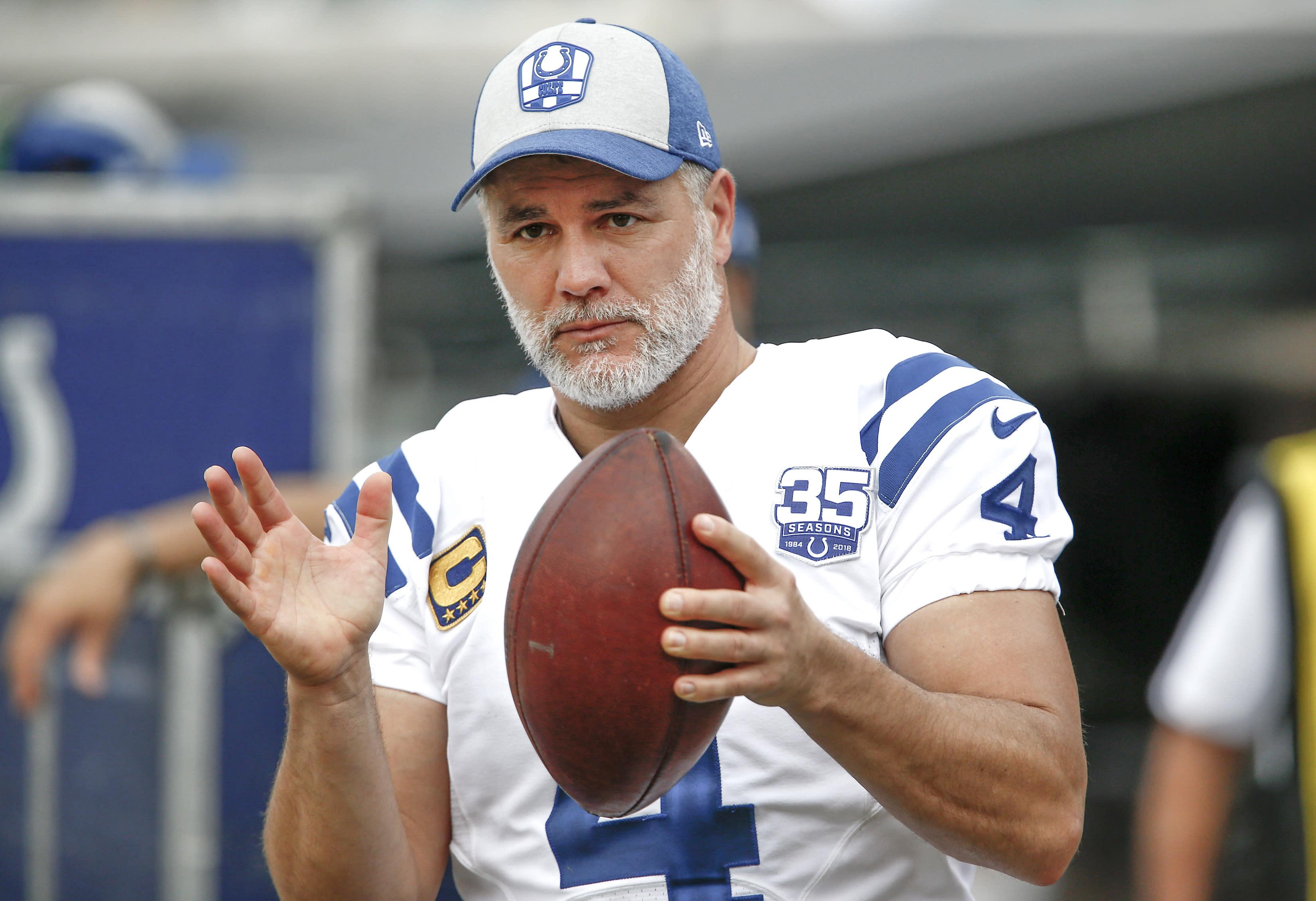 Colts sticking with kicker Adam Vinatieri despite misses