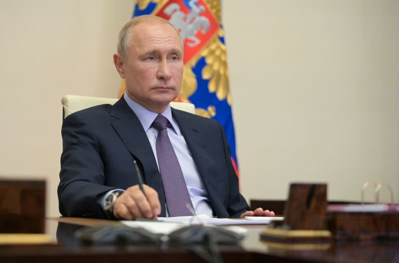 Putin signs law requiring firms to be ready for oil spills