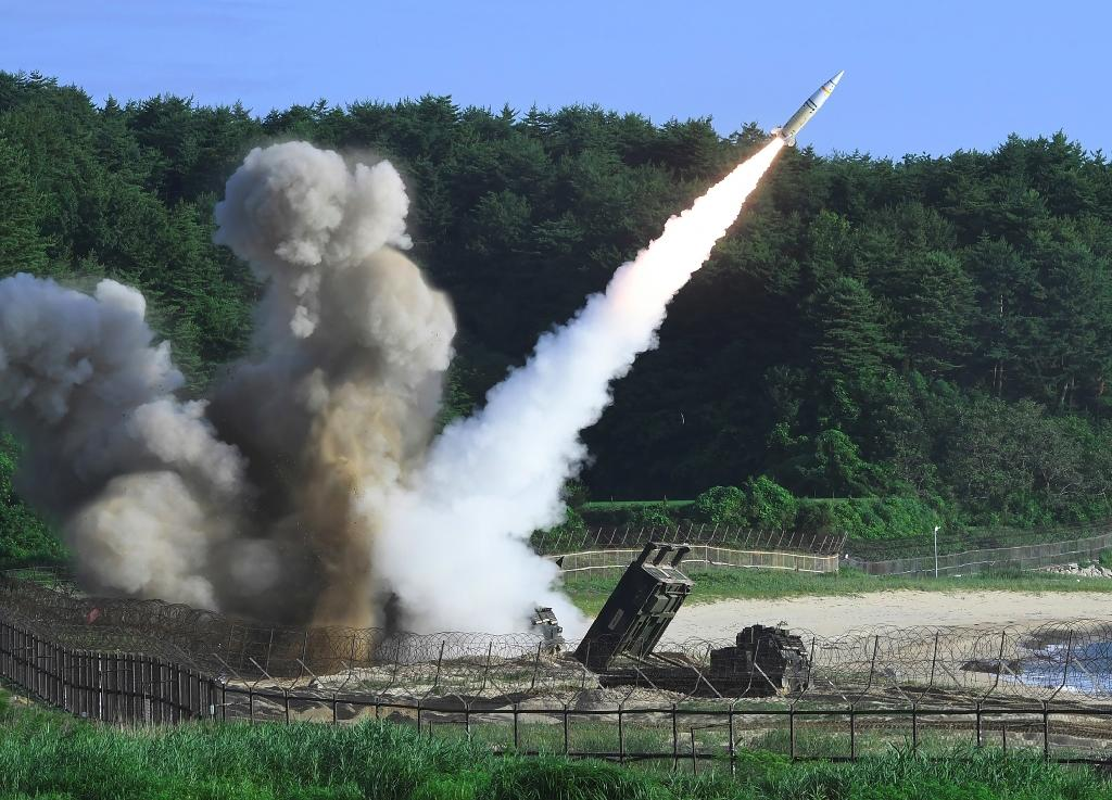 A US M270 Multiple Launch Rocket System fires an MGM-140 Army Tactical Missile into the East Sea from an undisclosed location on South Korea's east coast during a drill on July 5, 2017 (AFP Photo/)