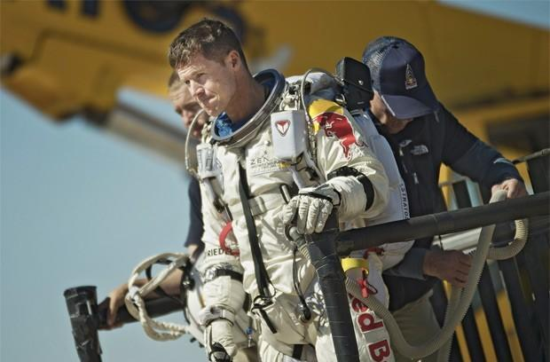 We have lift off: Felix Baumgartner and Red Bull Stratos launch for record-breaking space jump, watch right here (update: done!)