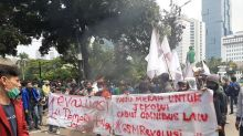 Massa Demo Omnibus Law Bakar Ban di Patung Kuda Jakarta Pusat