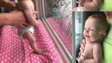 Les photos de ce « bébé miracle » qui découvre la neige vont vous faire fondre