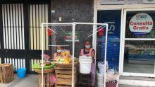 Ingenio mexicano: Jóvenes crean mamparas plegables para cuidar la salud de comerciantes informales