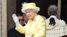 La reina Isabel II también debe pasar controles de seguridad en el aeropuerto