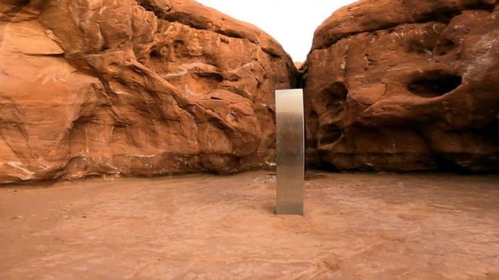 Hiker recounts seeing monolith removed from desert