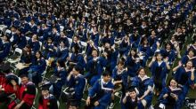 Tausende Studenten ohne Corona-Schutzmaßnahmen bei Absolventenfeier in Wuhan