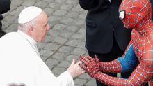 All'udienza generale in Vaticano c'è anche Spiderman: ecco chi si nasconde sotto la maschera