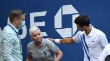 Djokovic pide a enojados fans que no ataquen a jueza de línea tras descalificación en Abierto EEUU