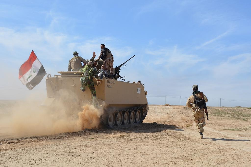 Iraqi pro-government forces advance towards Al-Alam on March 8, 2015, during a military operation to regain control of Tikrit from the Islamic State (IS) group (AFP Photo/Younis Al-Bayati)