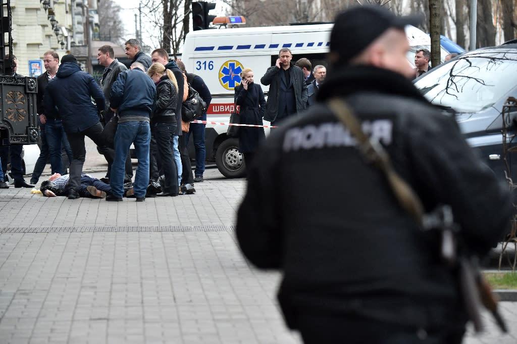 Ukrainian police inspect the body of Denis Voronenkov after the former Russian lawmaker was shot dead in Kiev, on March 23, 2017 (AFP Photo/Sergei SUPINSKY )