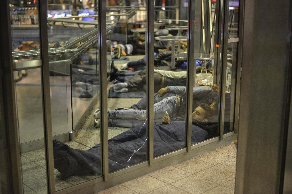 Migrants sleep at Munich central station on September 12, 2015 (AFP Photo/Philipp Guelland)