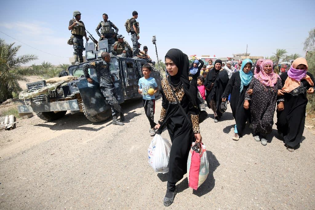 Iraqi families near al-Sejar village in Iraq's Anbar province, pictured after fleeing Fallujah on May 27, 2016 (AFP Photo/Ahmad al-Rubaye)