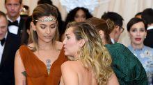 Le agarran el trasero a Miley Cyrus con este atrevido modelito; entérate quien fue
