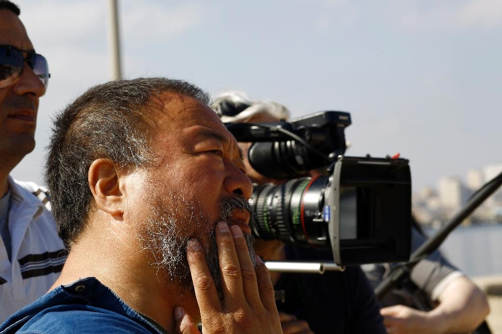 Chinese artist Ai Weiwei meets university students in Gaza City on May 12, 2016 (AFP Photo/Mohammed Abed)