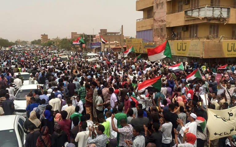 Sudanese protesters chant slogans demanding civilian rule during a rally in Khartoum's southern al-Sahafa district (AFP Photo/-)