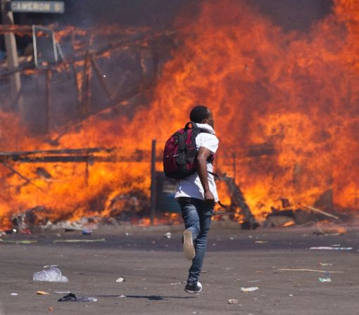Tear gas as Zimbabwe police beat anti-Mugabe marchers