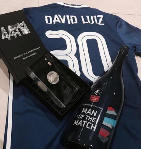 David Luiz conquista prêmios e se transforma em sensação no Chelsea