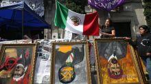 """López Obrador dice que protesta de mujeres en sede DD.HH es una """"exageración"""""""