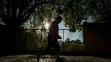 Espanhóis saem para passear e parte do mundo inicia desconfinamento