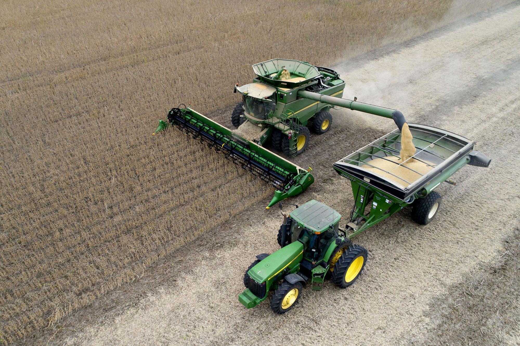 Deere Eyes Cost Cuts to Defend Margins Squeezed by Farm Pain