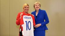 Presidenta de Croacia contagia la fiebre mundialista en reunión de la OTAN
