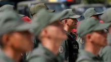 En víspera de las elecciones, más soldados venezolanos discrepan y desertan