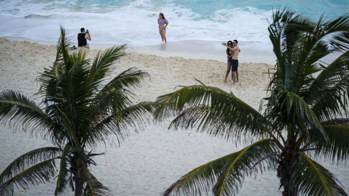 Despite government warning, Americans flock to Cancún
