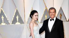 Mel Gibson presume de su joven novia cinco semanas después de dar a luz