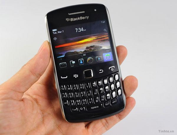 BlackBerry 'Apollo' gets manhandled on camera (video)
