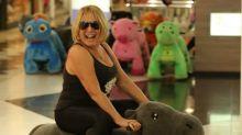 Susana Vieira rouba a cena ao passear de pelúcia motorizado em shopping no Rio