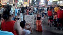 Body Positivity: Junge Frau lässt sich mitten in New York die Haare abscheren