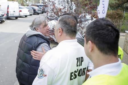 El capitán de Rumania, Ilie Nastase, es escoltado por guardias fuera del recinto deportivo en Constanta, Rumania.
