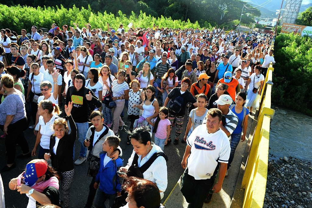 Venezuelans cross the Simon Bolivar bridge from San Antonio de Tachira, Venezuela to Cucuta, Colombia on July 10, 2016 to take advantage of its 12-hour opening, after it was closed by the Venezuelan government 11 months ago (AFP Photo/George Castellanos)